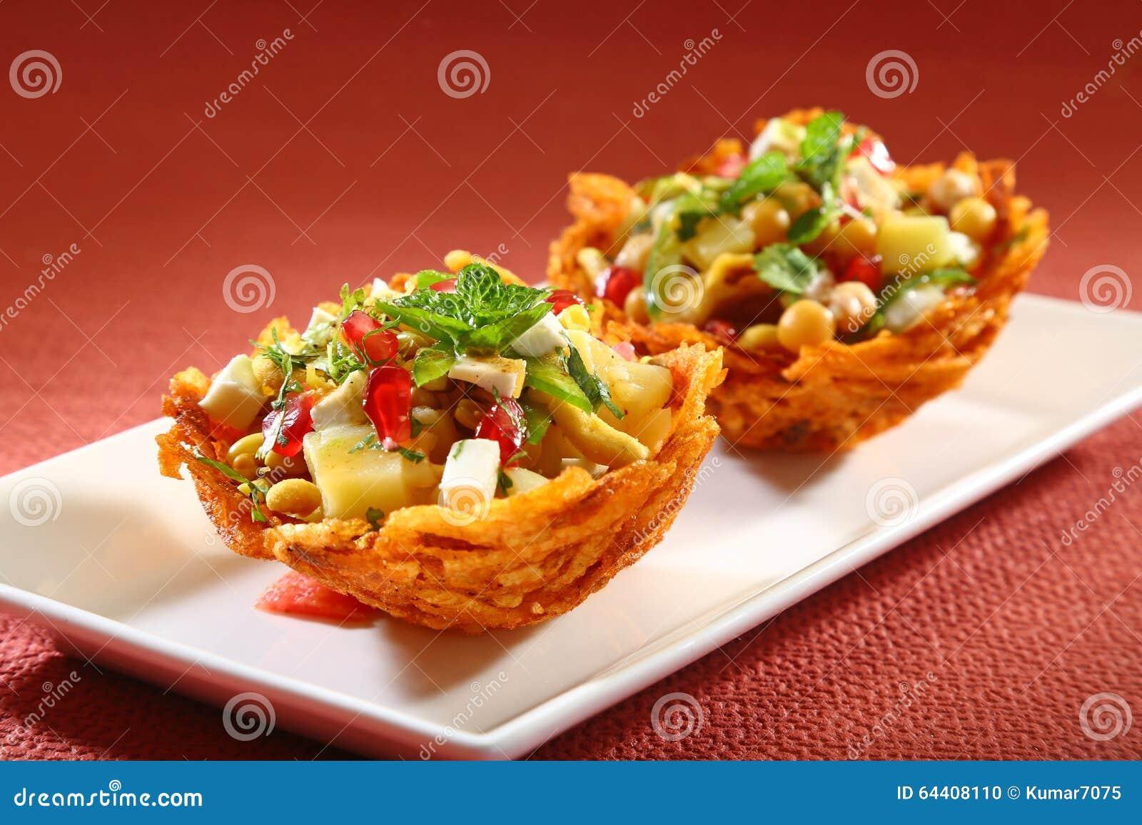 Laccha Tokri Chaat of Aardappelmand met aardappel wordt gevuld die