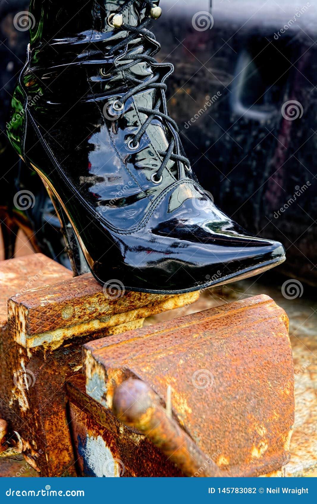 Laced kinky shiny heeled boot