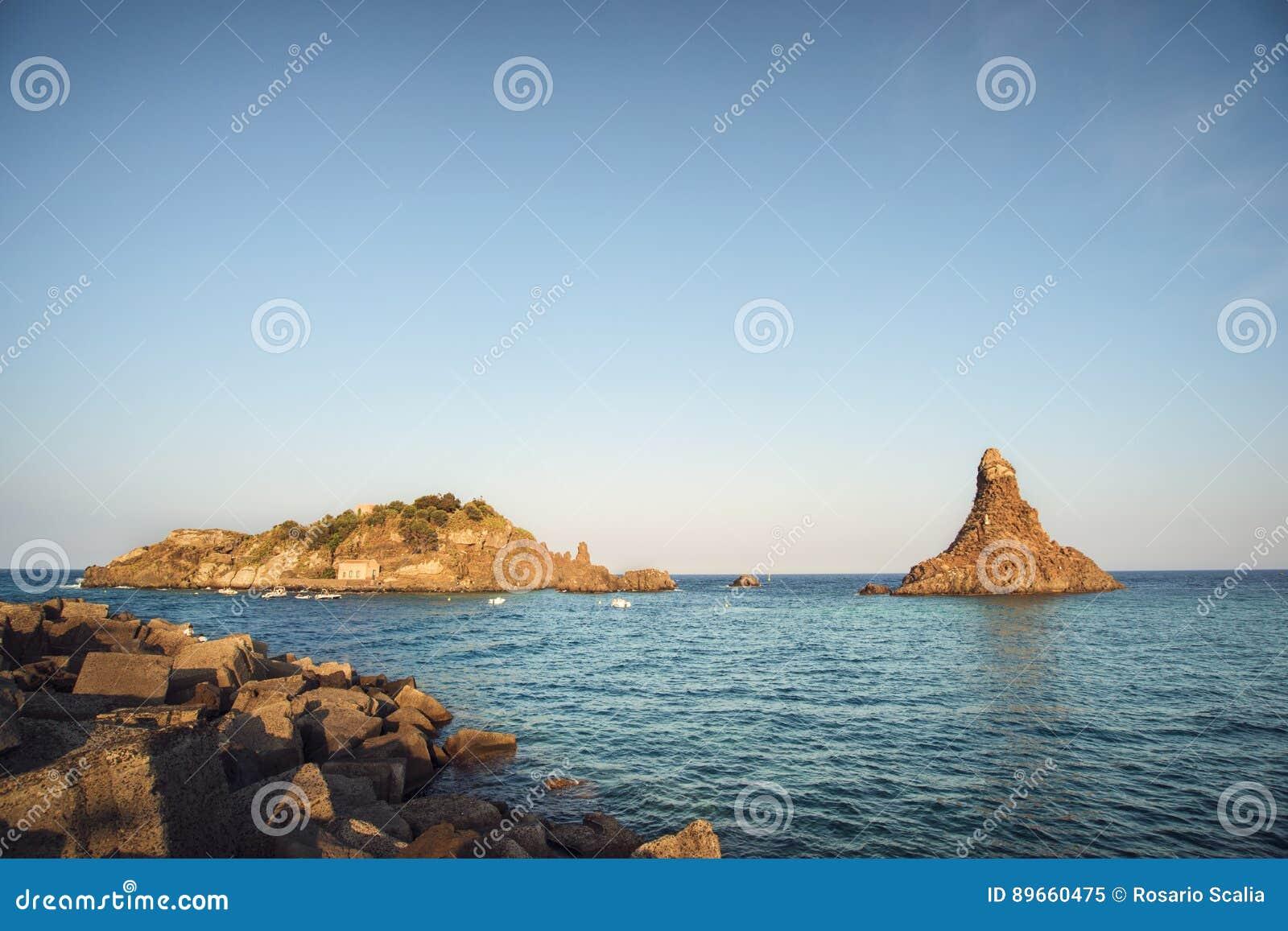 Lachea E Faraglione Dell'isola Di Acitrezza Immagine Stock ...