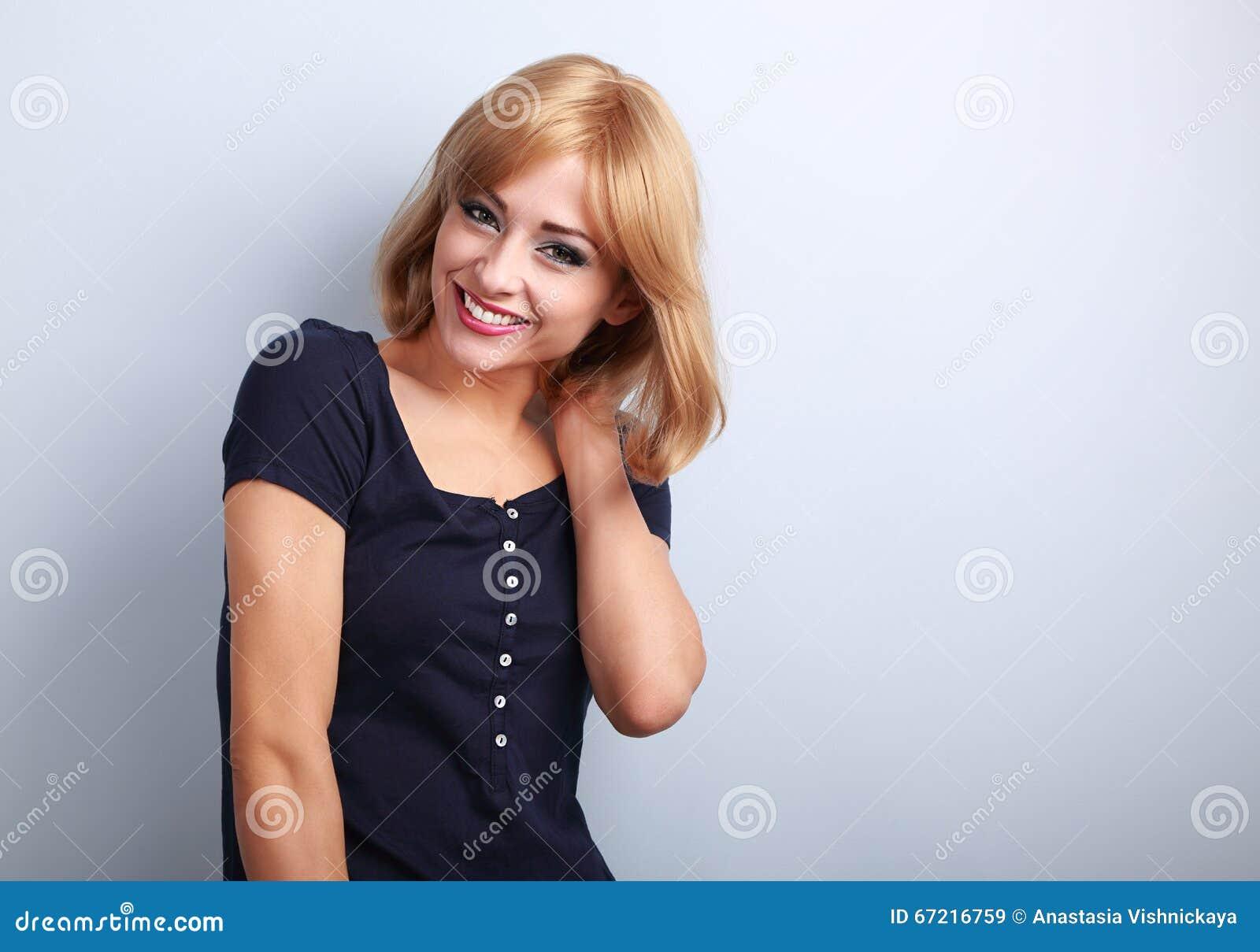 Lachen mit schöner blonder Frau der gesunden Zähne mit kurzem hai