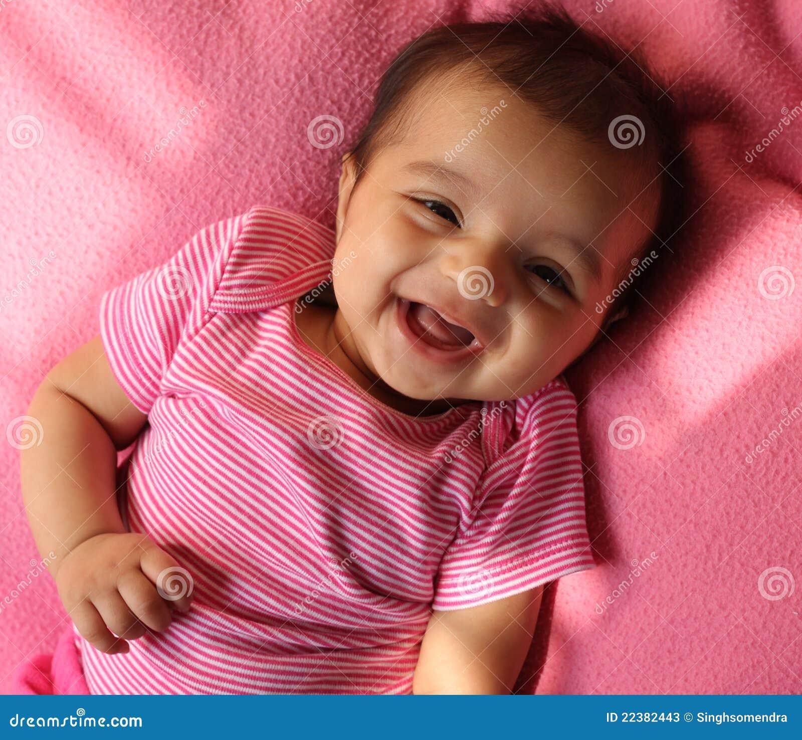 Lachend Aziatisch babymeisje in roze doeken