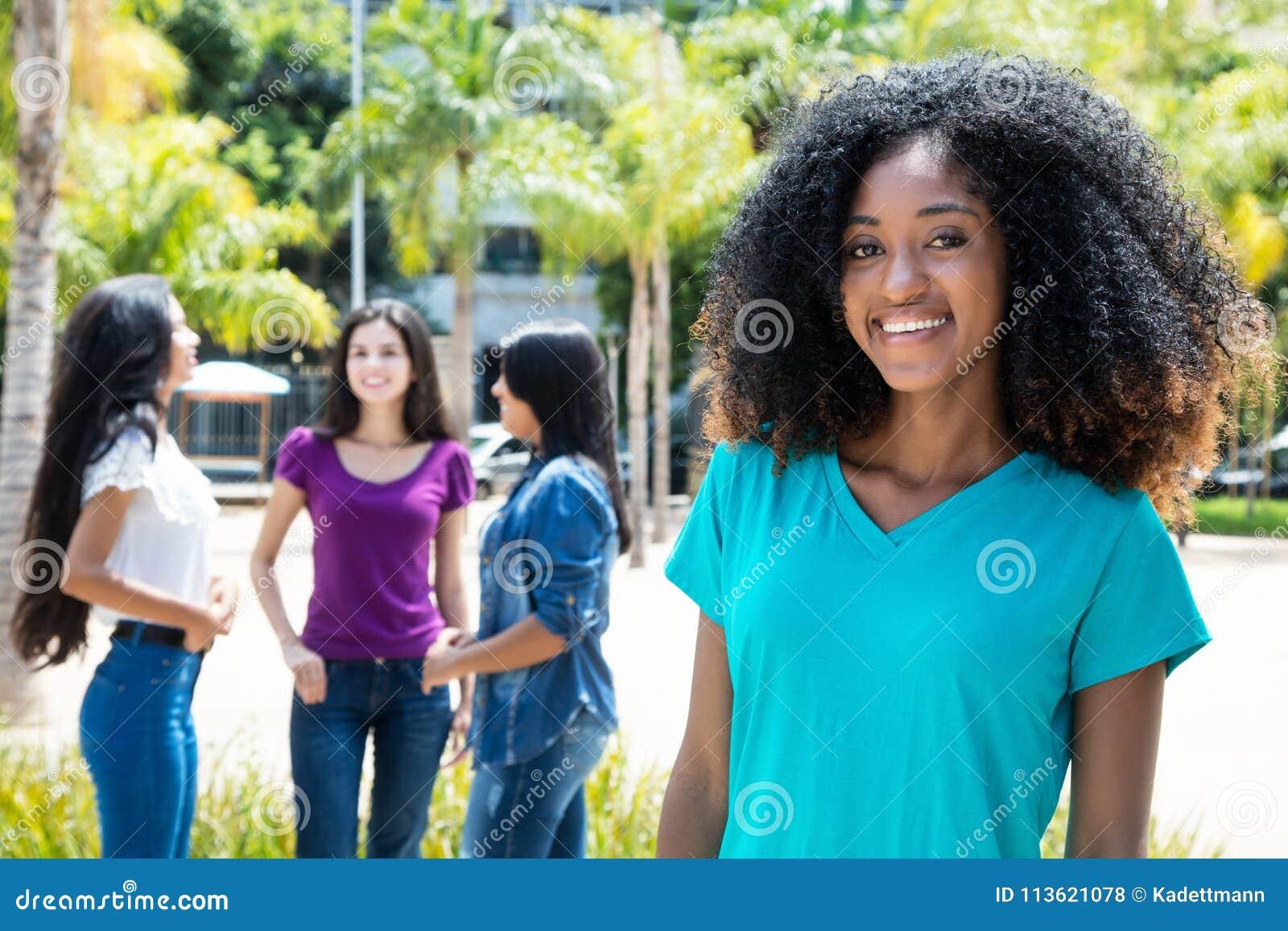 Lachende Afrikaanse Amerikaanse vrouw met groep meisjes