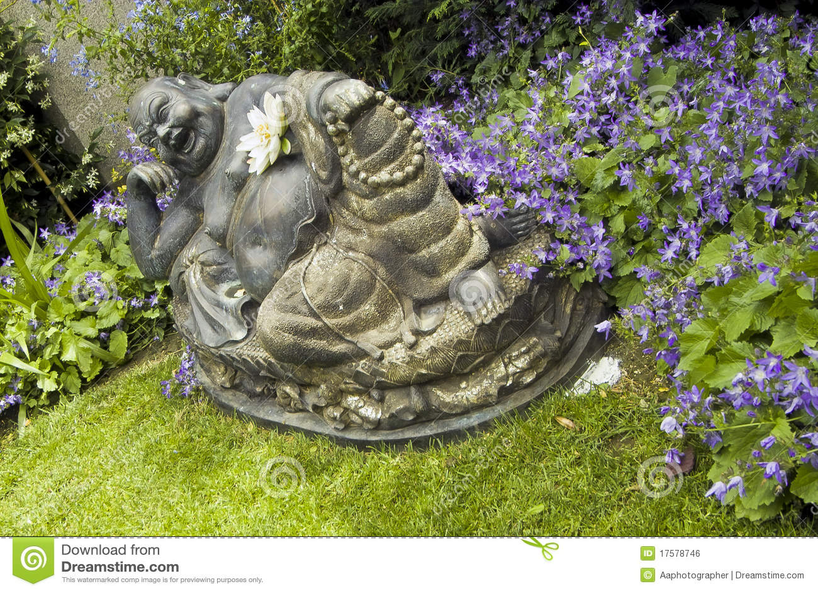 lachende buddha statue im blumigen garten lizenzfreies. Black Bedroom Furniture Sets. Home Design Ideas