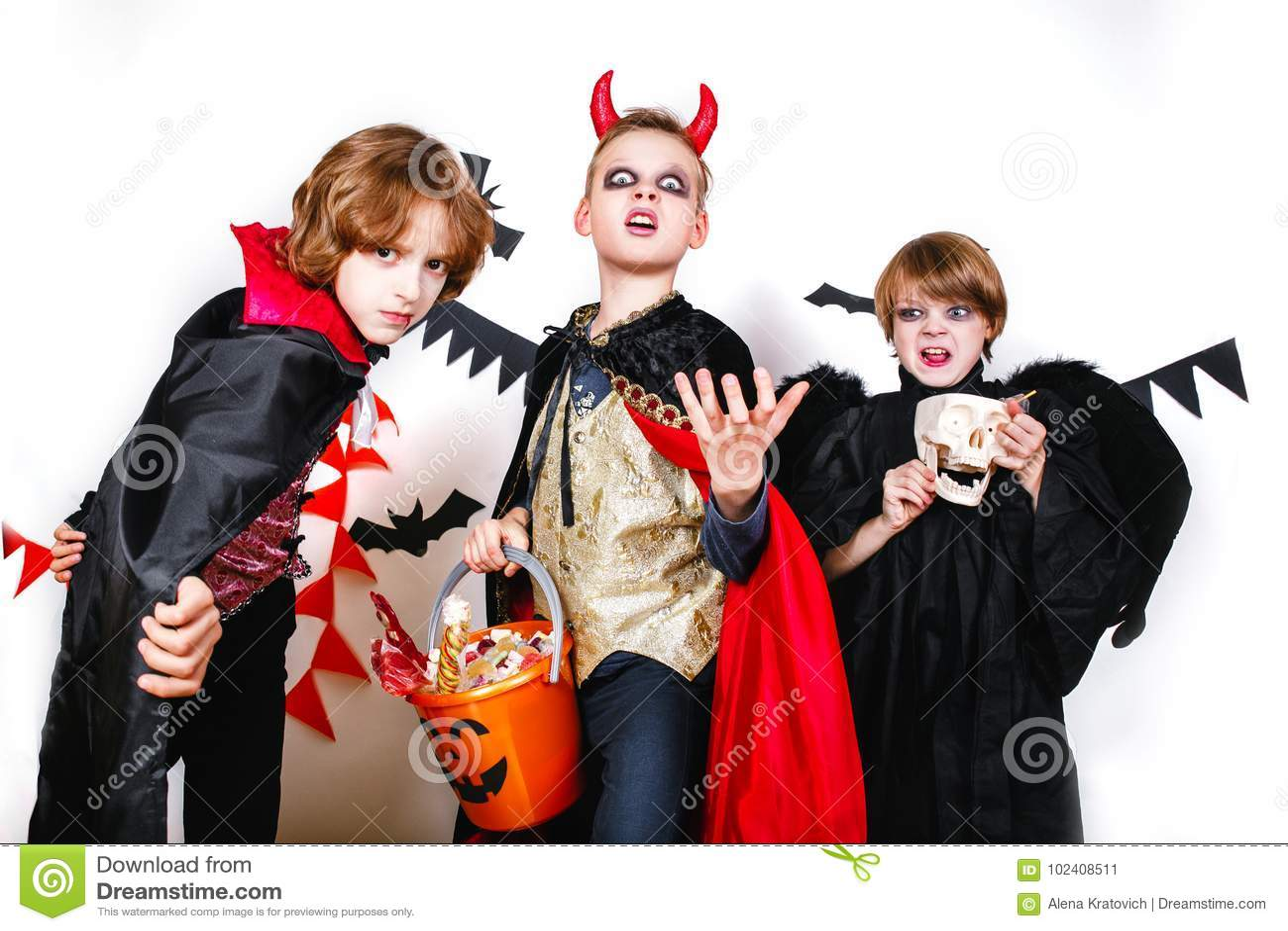 Kinderen Halloween.Lachende Grappige Kinderen In Kostuums In Halloween De Truc