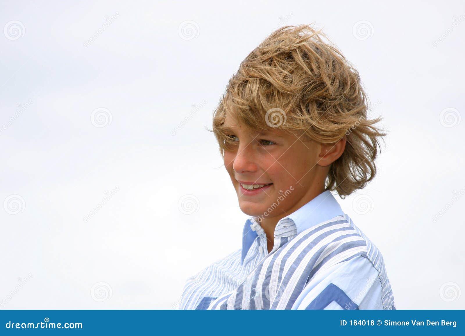 Lachende jonge jongen