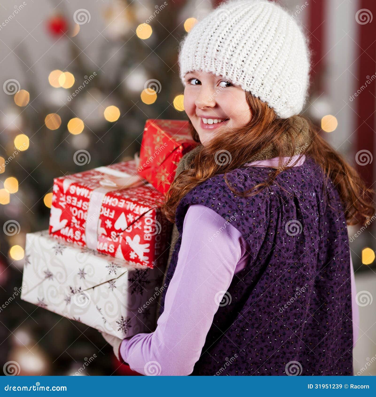 Lachende Mädchen Tragende Weihnachtsgeschenke Stockbild - Bild von ...