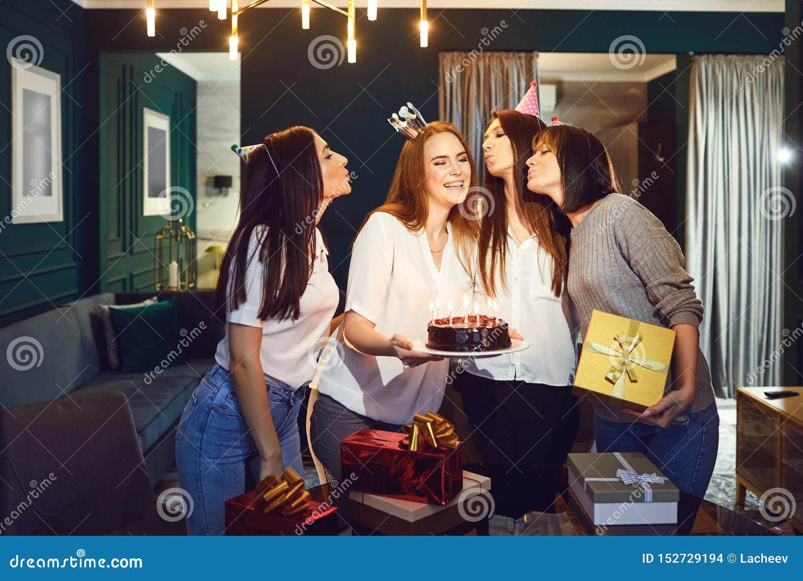 Lachende vrouwen die verjaardag samen vieren