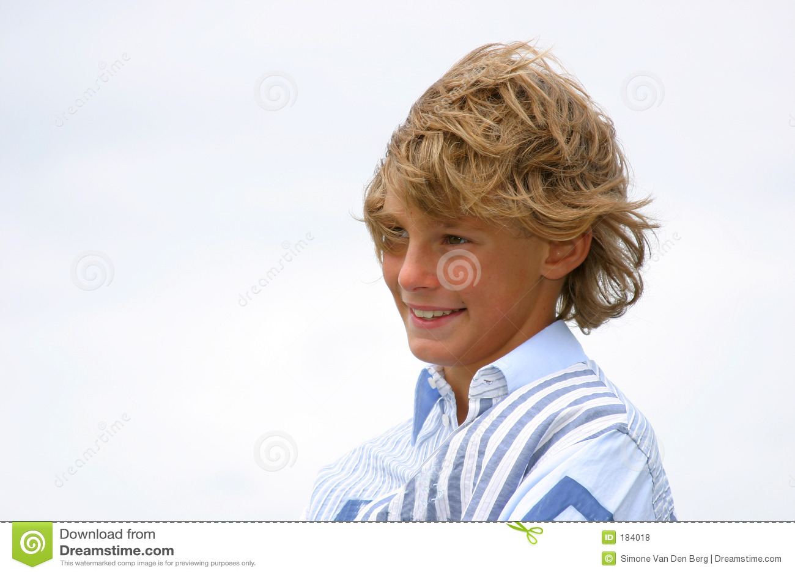 Lachender junger Junge