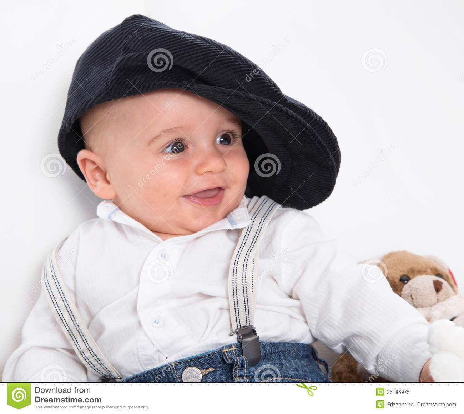 Lachendes Baby, das französisches Barett und Blue Jeans trägt