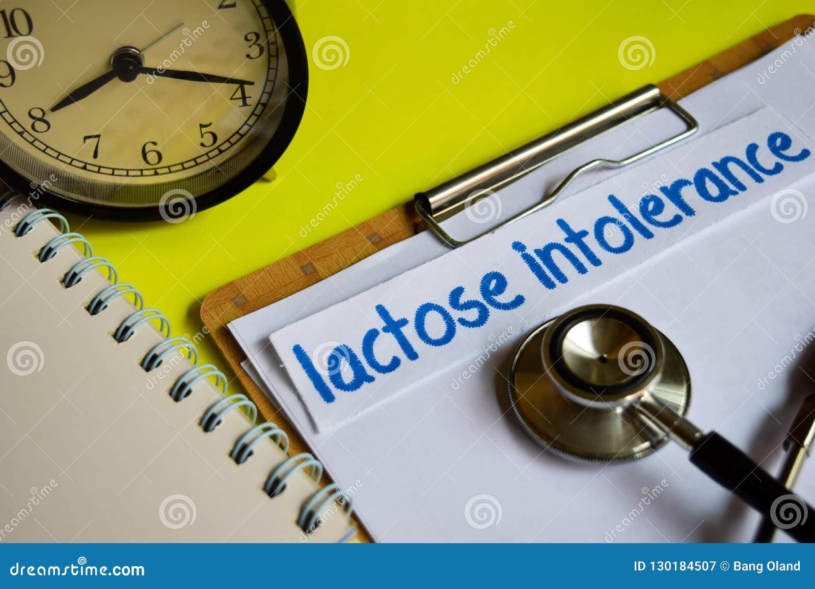 Lactoseonverdraagzaamheid op gezondheidszorgconcept op gele achtergrond