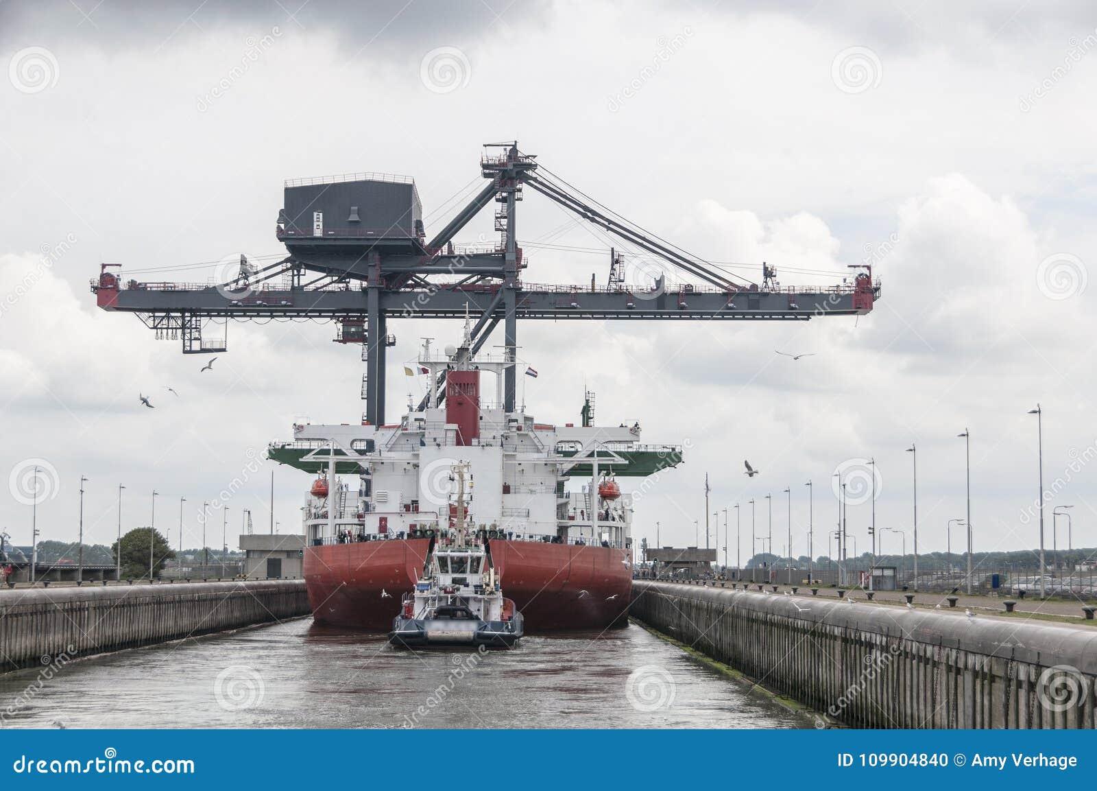 Ladda skeppet i låsen av Nordsjönkanalen