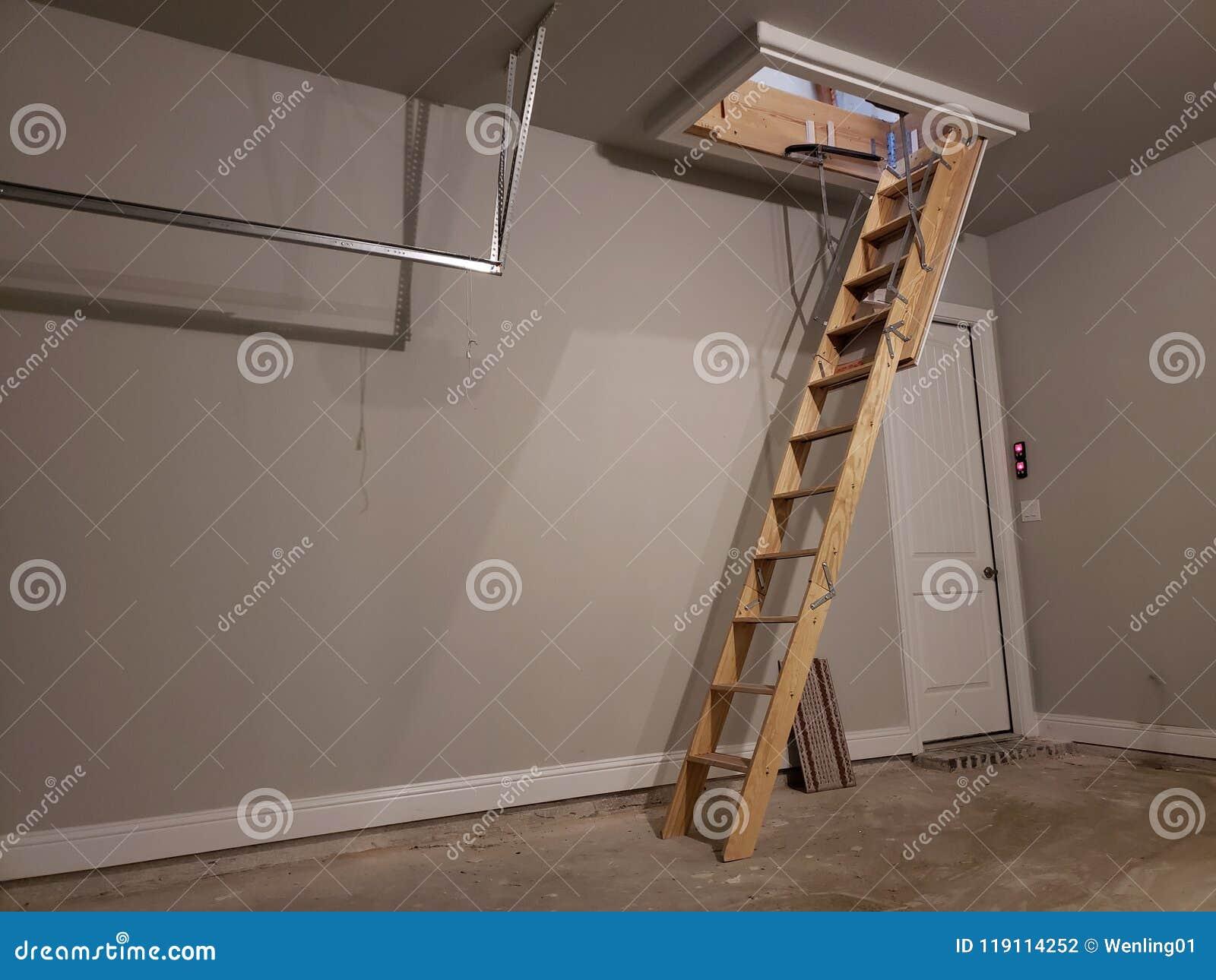 Ladder aan zolder in garage van een nieuw huis