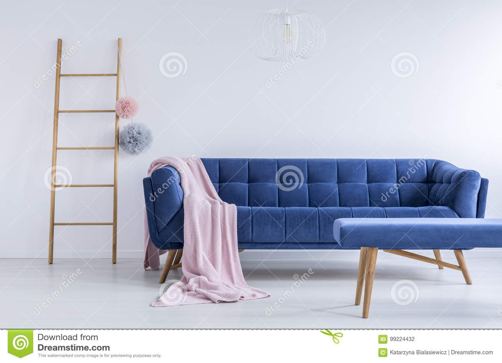 https://thumbs.dreamstime.com/z/ladder-en-marineblauwe-bank-99224432.jpg
