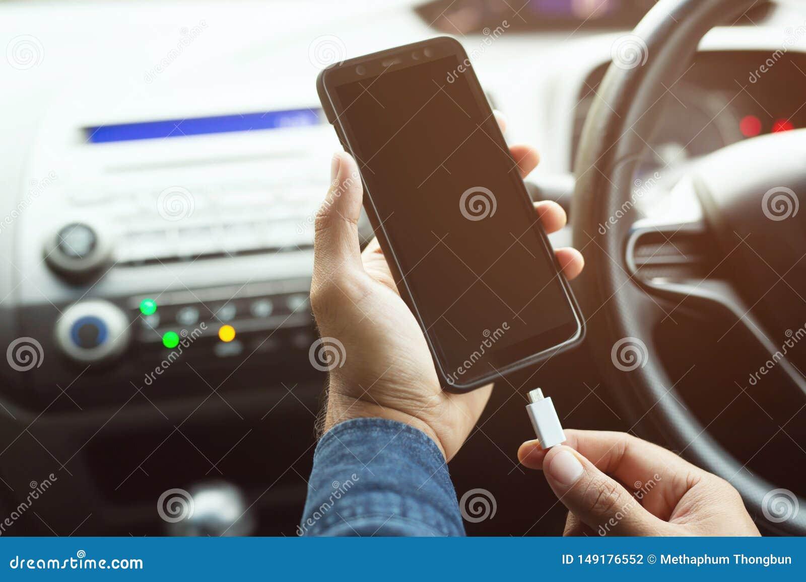 Laddning f?r manhandinnehav den mobila smarta telefonen f?r batteri i bil