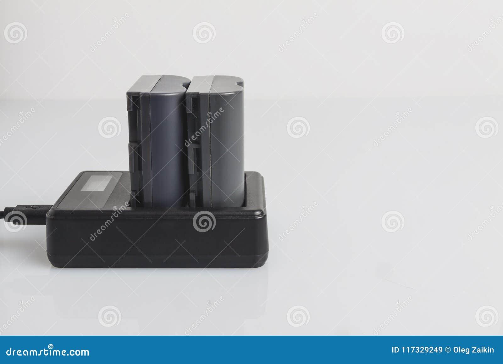 Laden Sie die Batterie für die Kamera auf