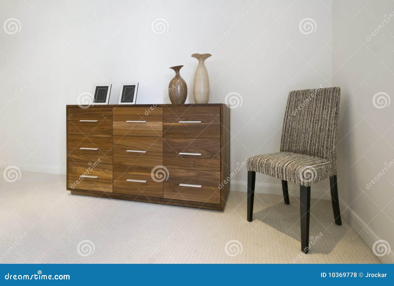 Ladenkast en een stoel