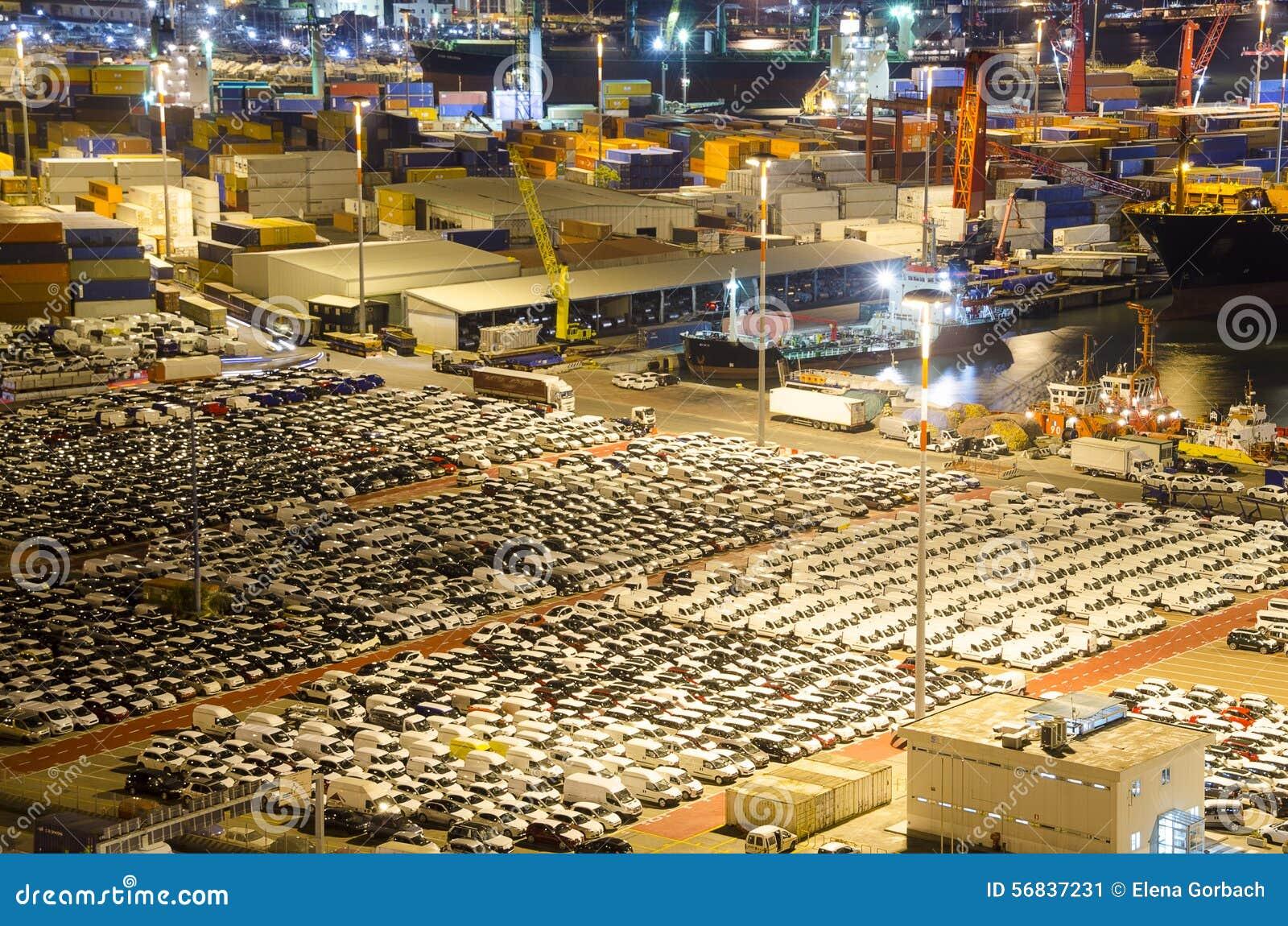 Ladingsterminal in industriële haven met auto s