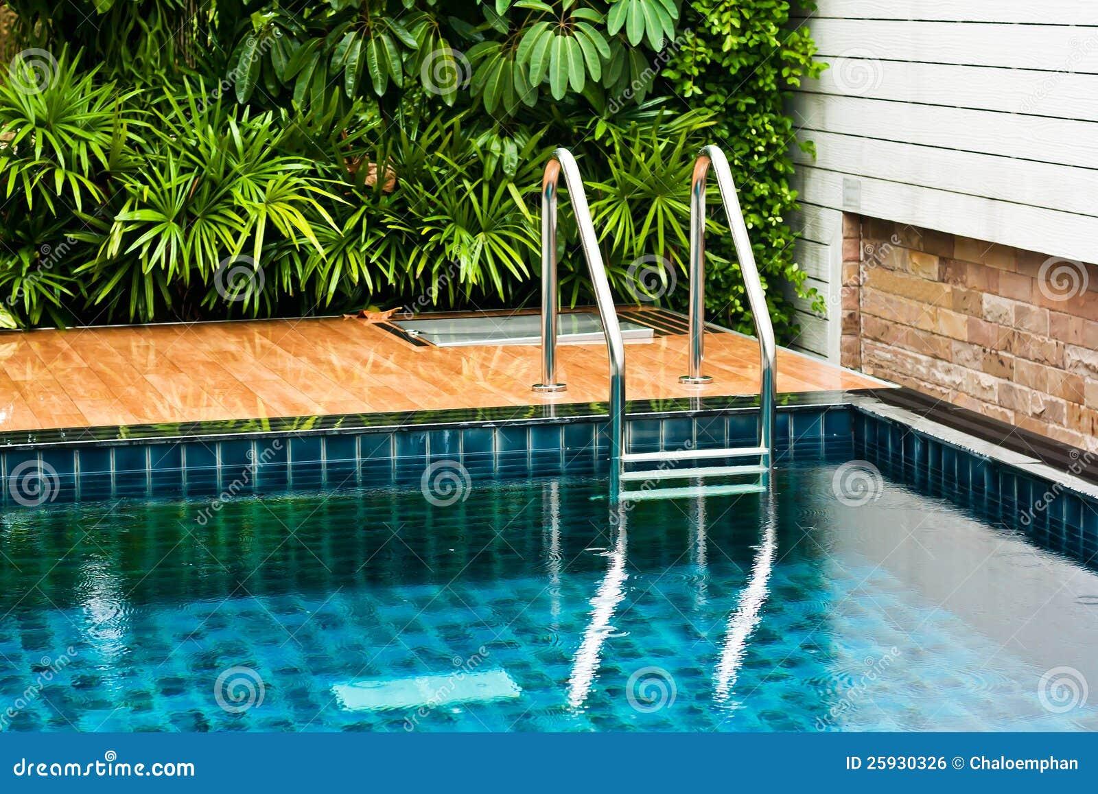 Lado da piscina no jardim imagem de stock royalty free imagem 25930326 - Business plan piscina ...