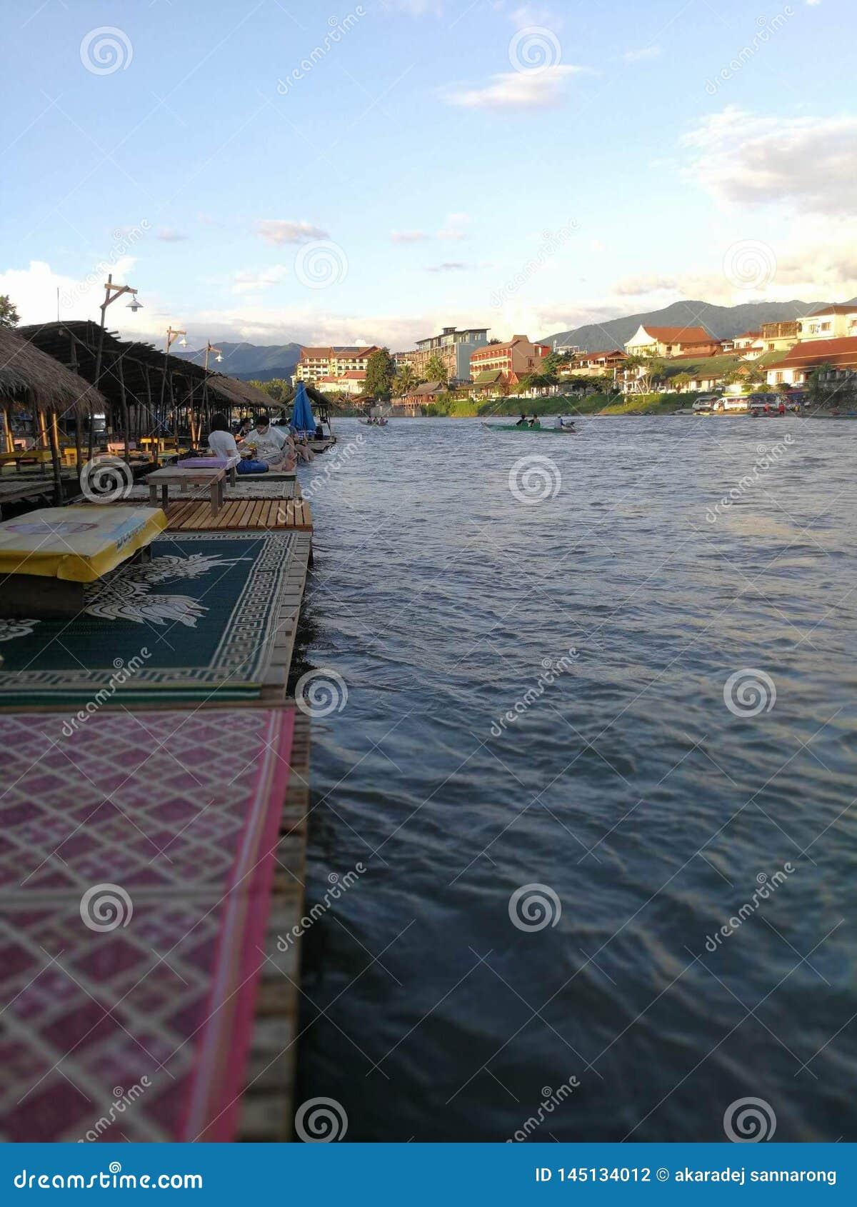 Lado del río de la tarde de Vangvieng Laos