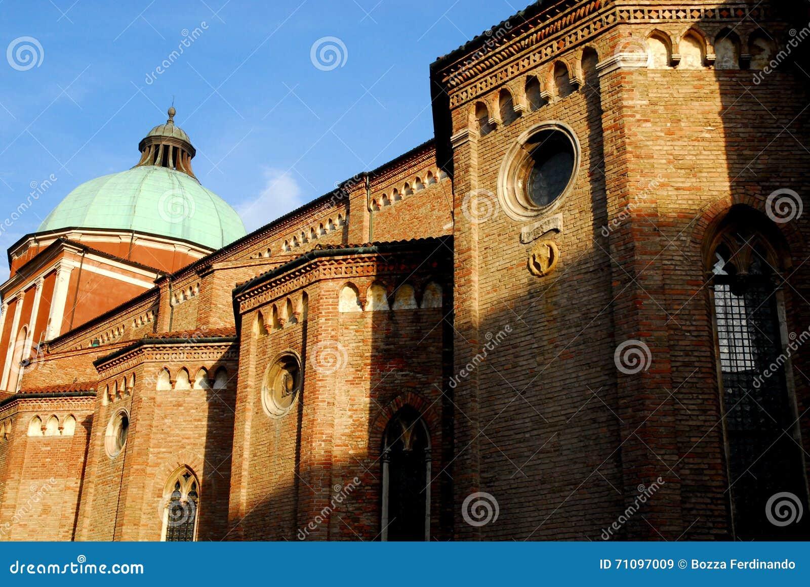 Lado izquierdo de la catedral de Vicenza en Véneto (Italia) tomado del lado izquierdo