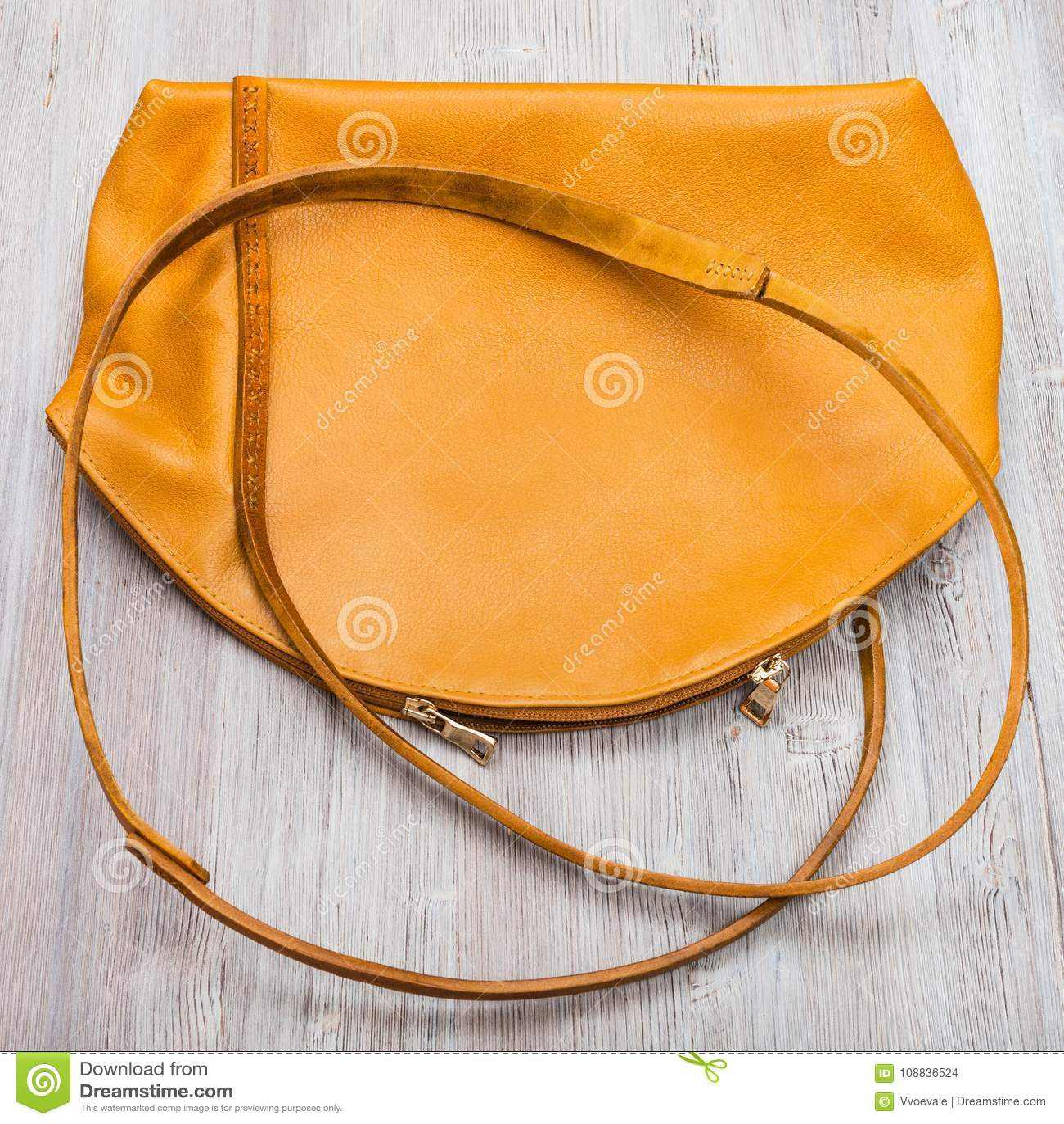 0d4d6eb6b lado-trasero-del-bolso-de-cuero-amarillo-hecho-mano-108836524.jpg