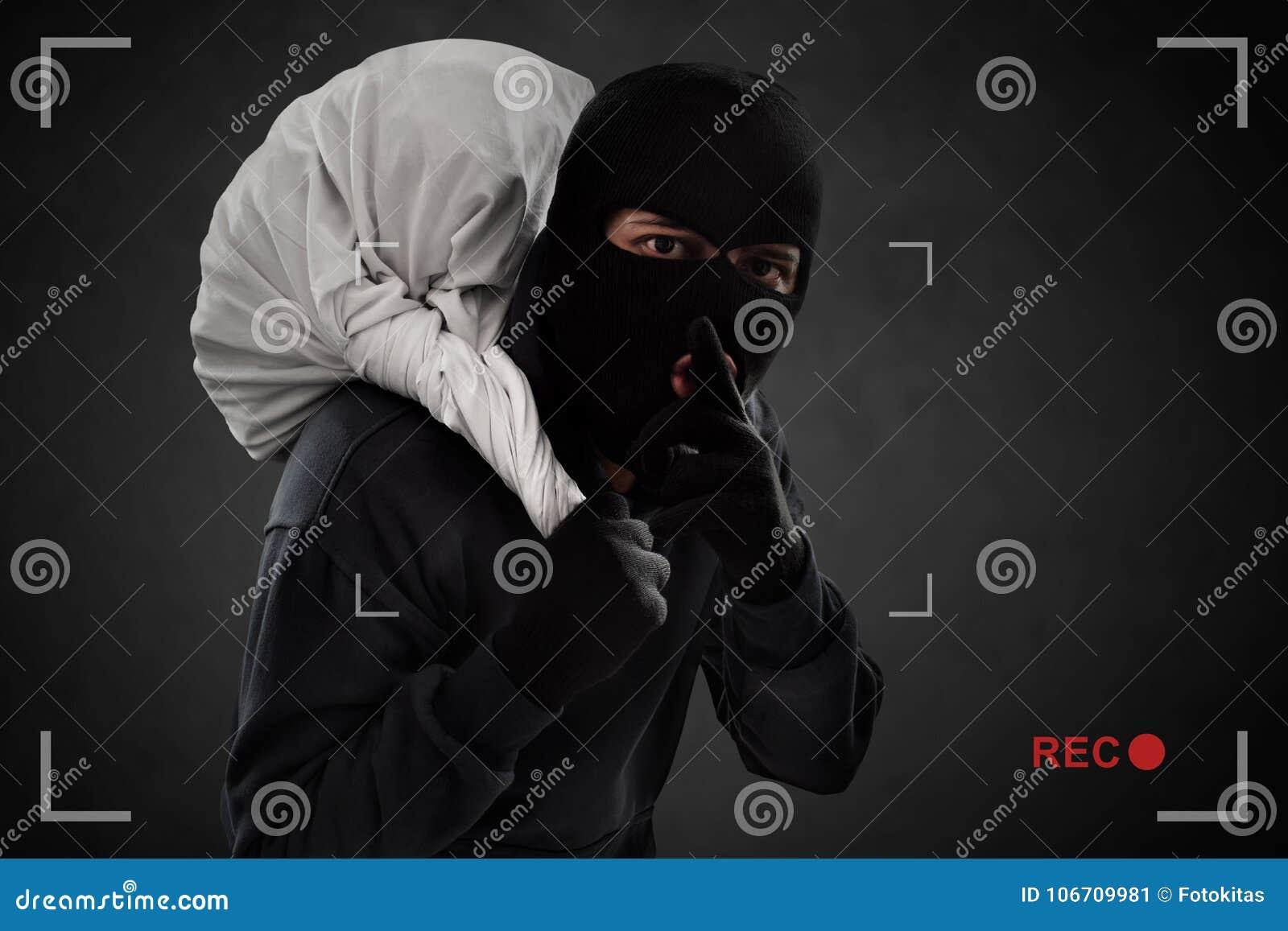Ladrón enmascarado cogido en la cámara de seguridad