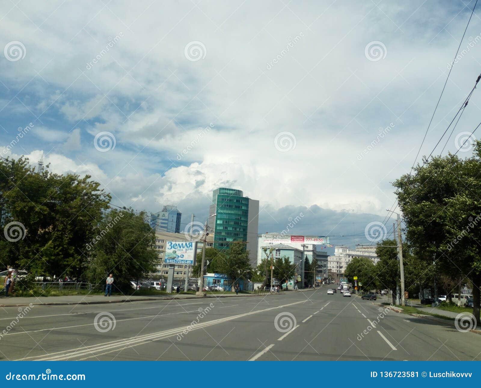 Ladri della via nella città di Ä?eljabinsk in direzione del quadrato di rivoluzione