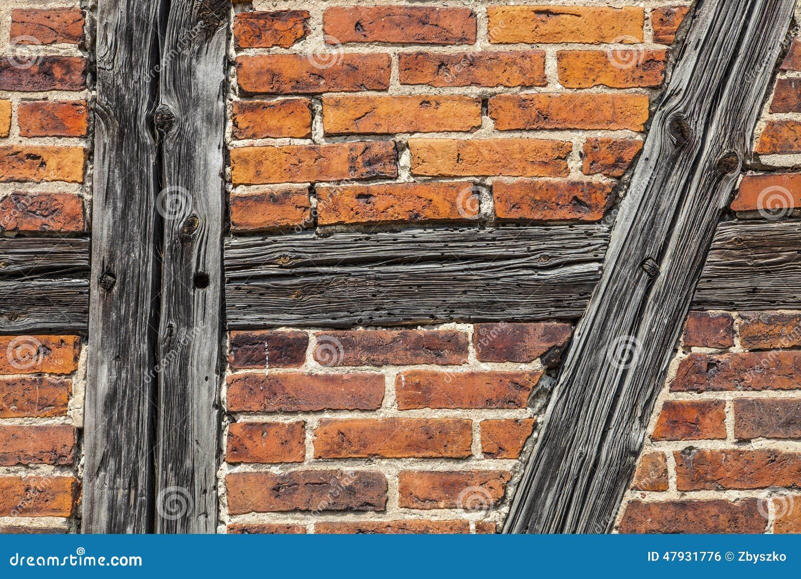 Ladrillos y barras de madera de la pared vieja foto de - Barras de madera ...