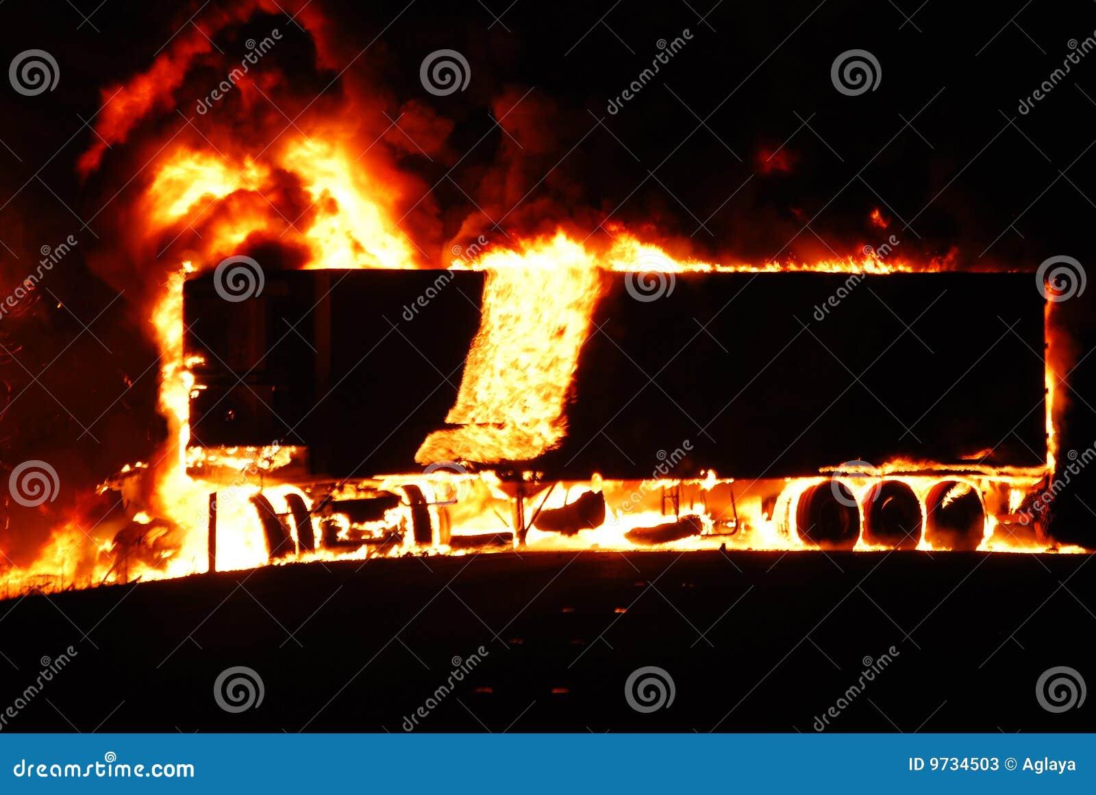Ladung-LKW auf Feuer