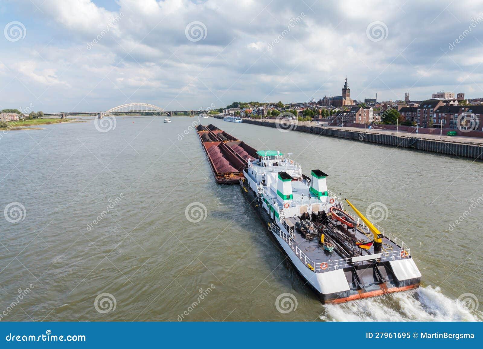 Ladung Riverboat, der die holländische Stadt Nijmegen führt