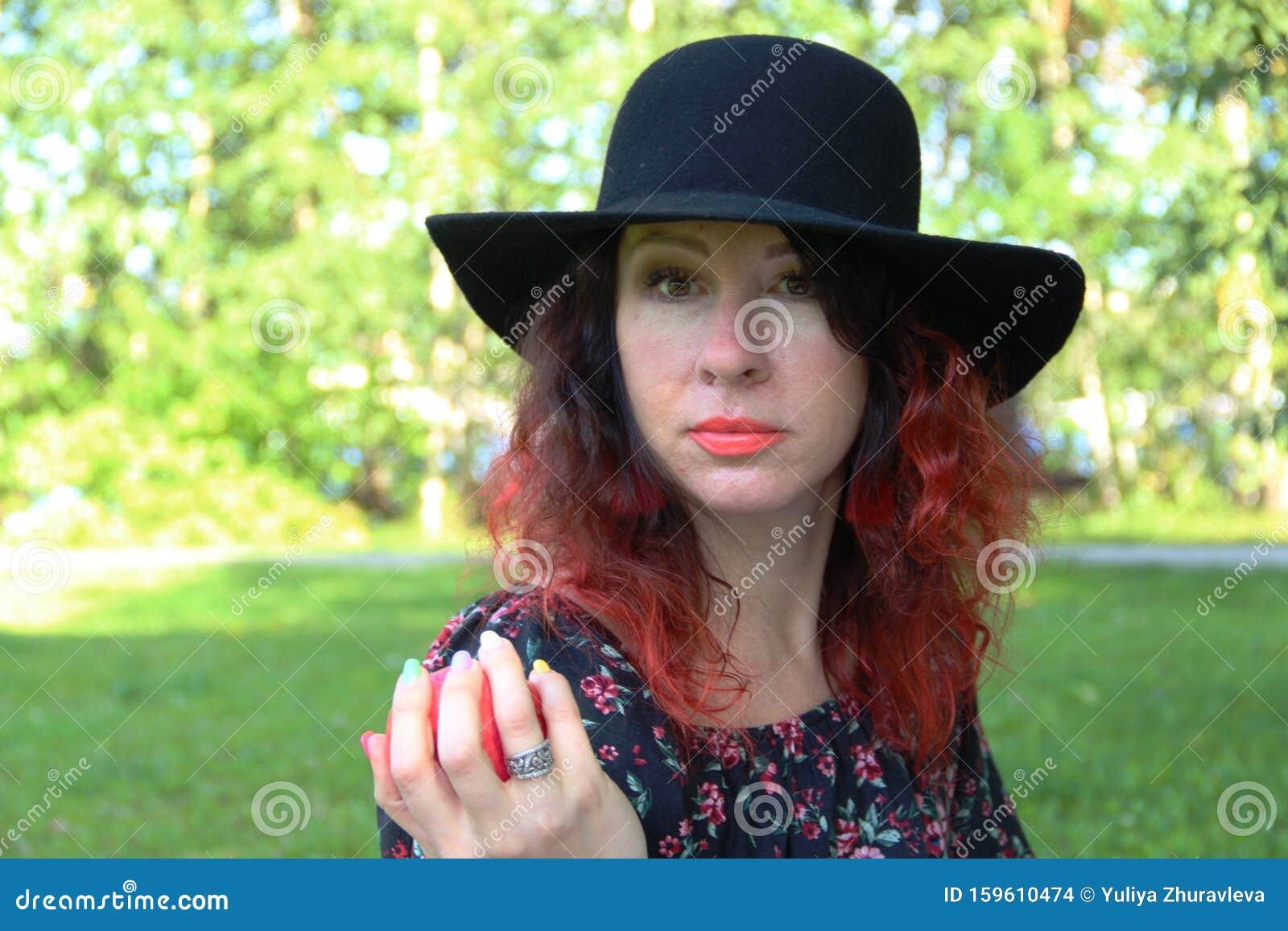 Lady Tratta Apple Donna Vestita Di Nero E Cappello, Con I ...