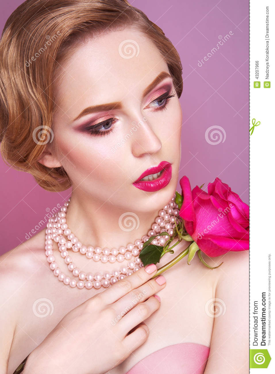 Download Ladypinken steg arkivfoto. Bild av lady, modell, läppstift - 43207966