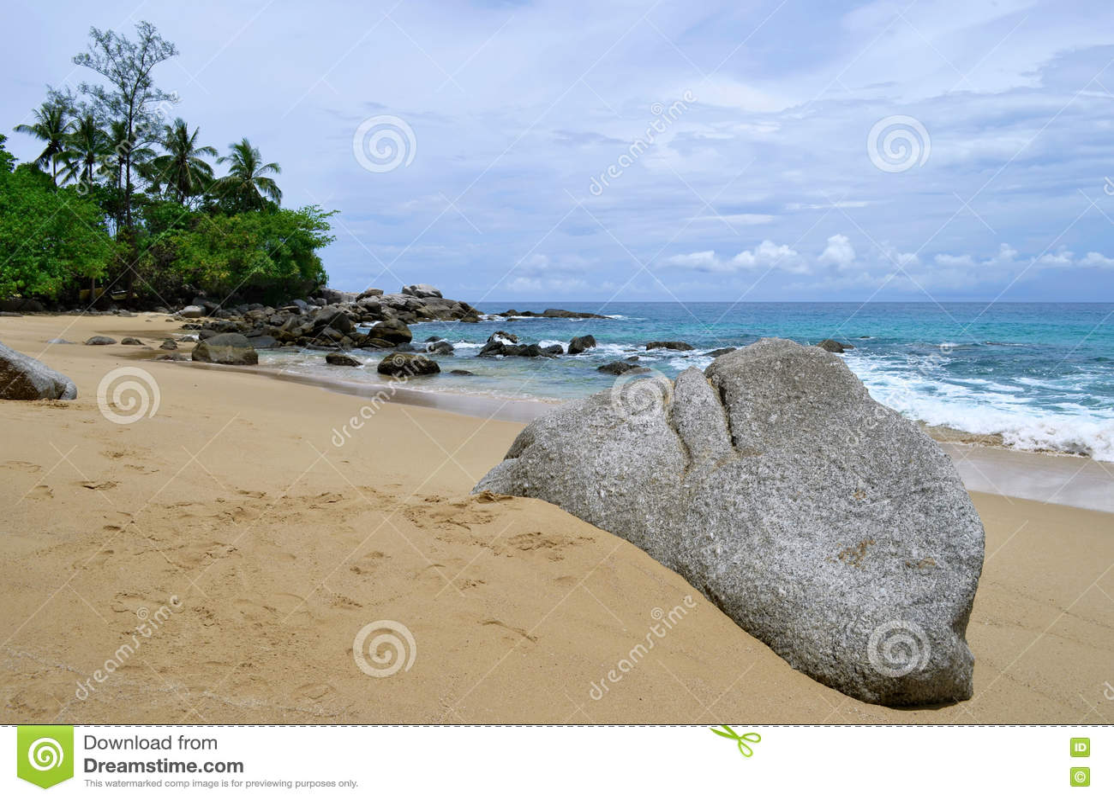 Laem canta la playa en la isla de Phuket