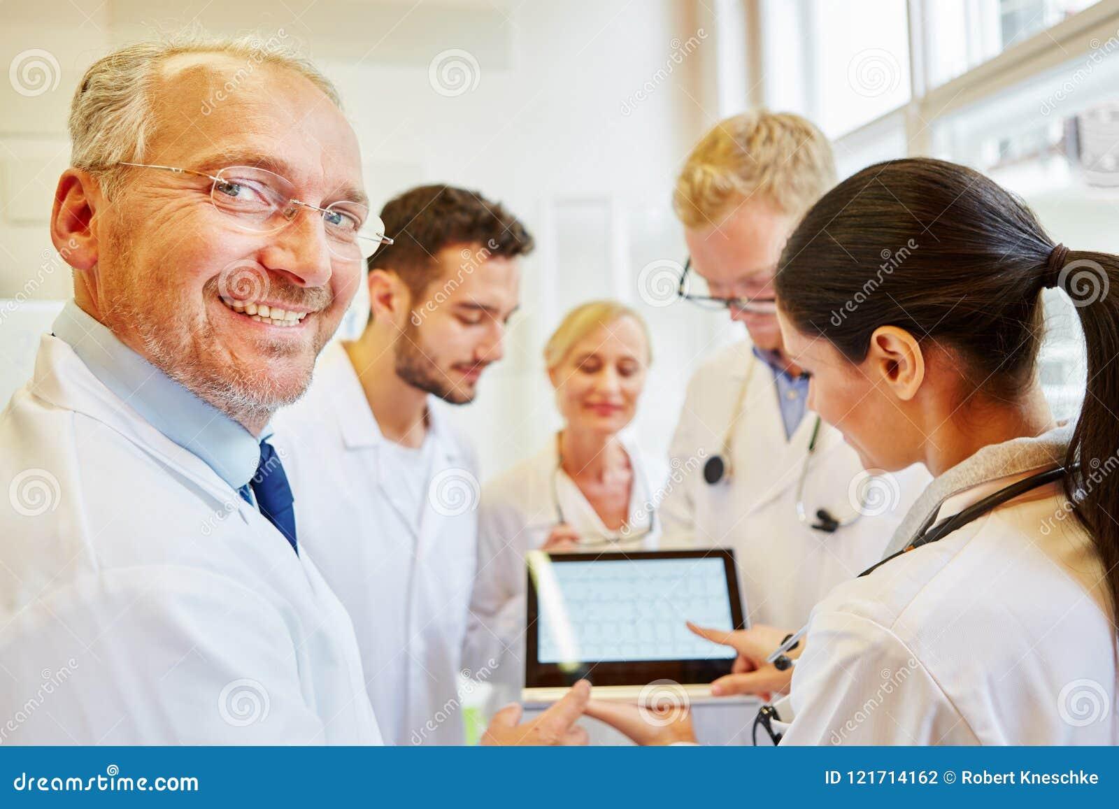 Lag av doktorer som förbereder diagnostik