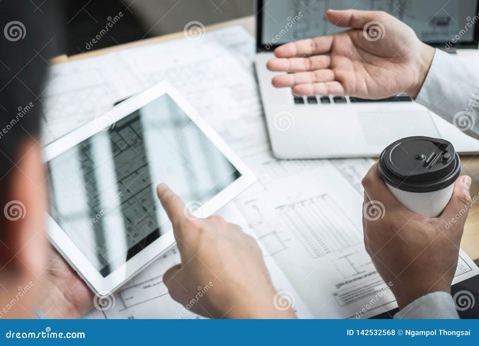 Lag av teknik- eller arkitektmötet och att diskutera på ritning och byggande modell, medan kontrollera information på att skissa