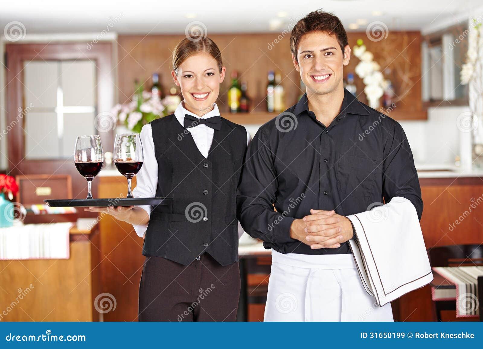 Lag av uppassarepersonalen i restaurang