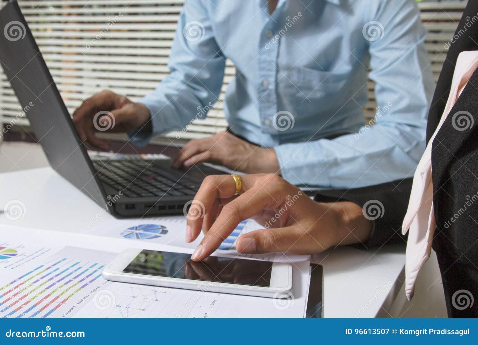 Lag för affärsmöte Yrkesmässig aktieägare för foto som arbetar hyvla projektet Finansuppgift Smart dator för Digital minnestavlab