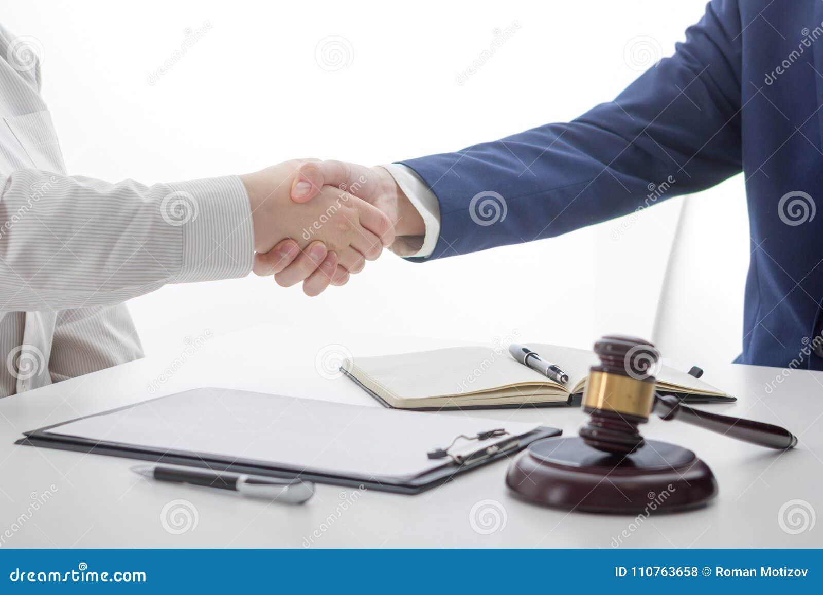Lag, rådgivning och begrepp för laglig service Advokat och advokat som har lagmöte på advokatbyrån