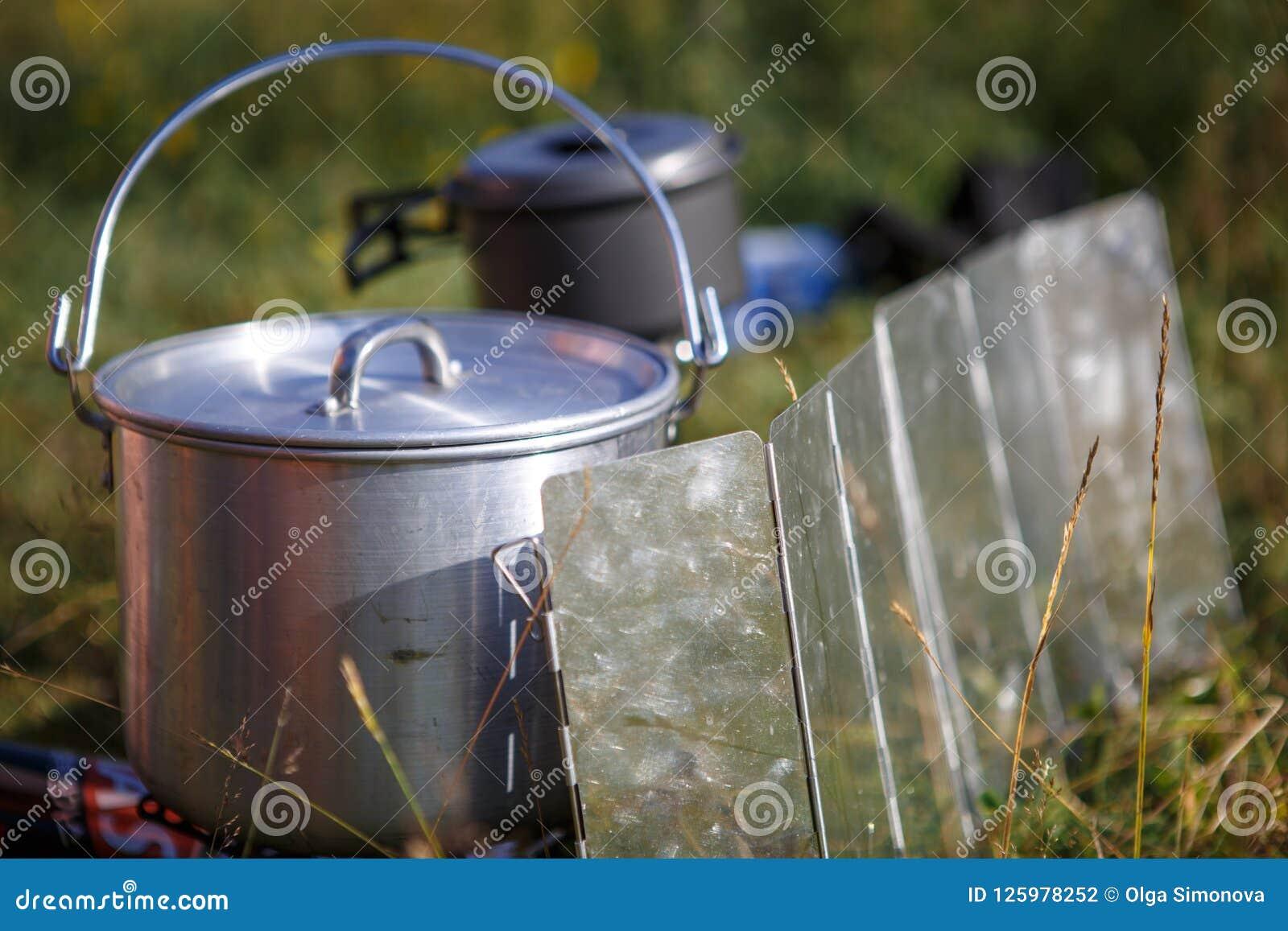 Laga mat, medan fotvandra på gasbrännaren i campa redskap