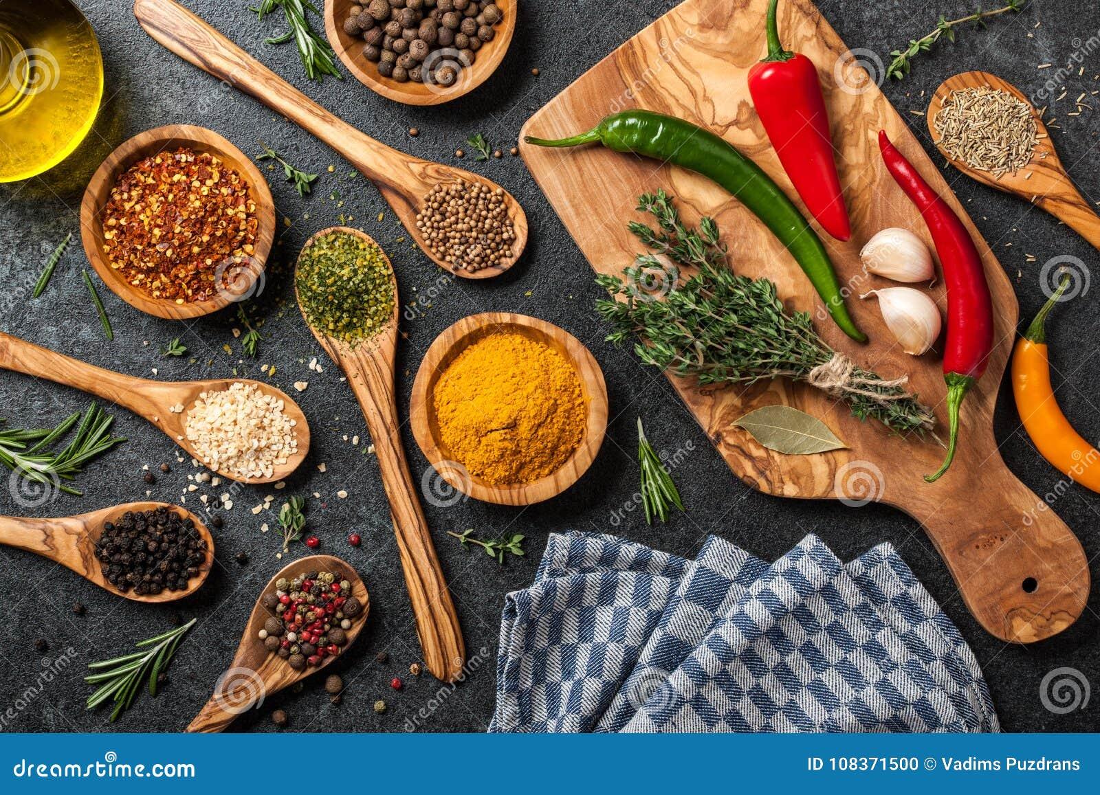 Laga mat tabellen med kryddor och örter