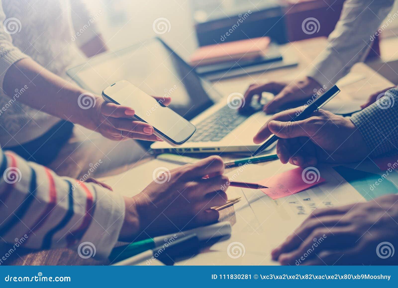 Lagarbetsprocess Chefer som diskuterar nytt digitalt projekt Bärbar dator och skrivbordsarbete på tabellen