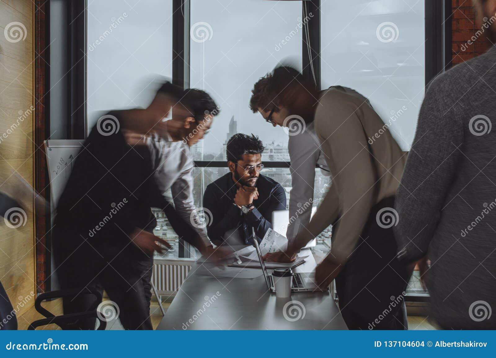 Lagarbetsprocess Daglig kontorslögn Suddig bakgrund, filmeffekt