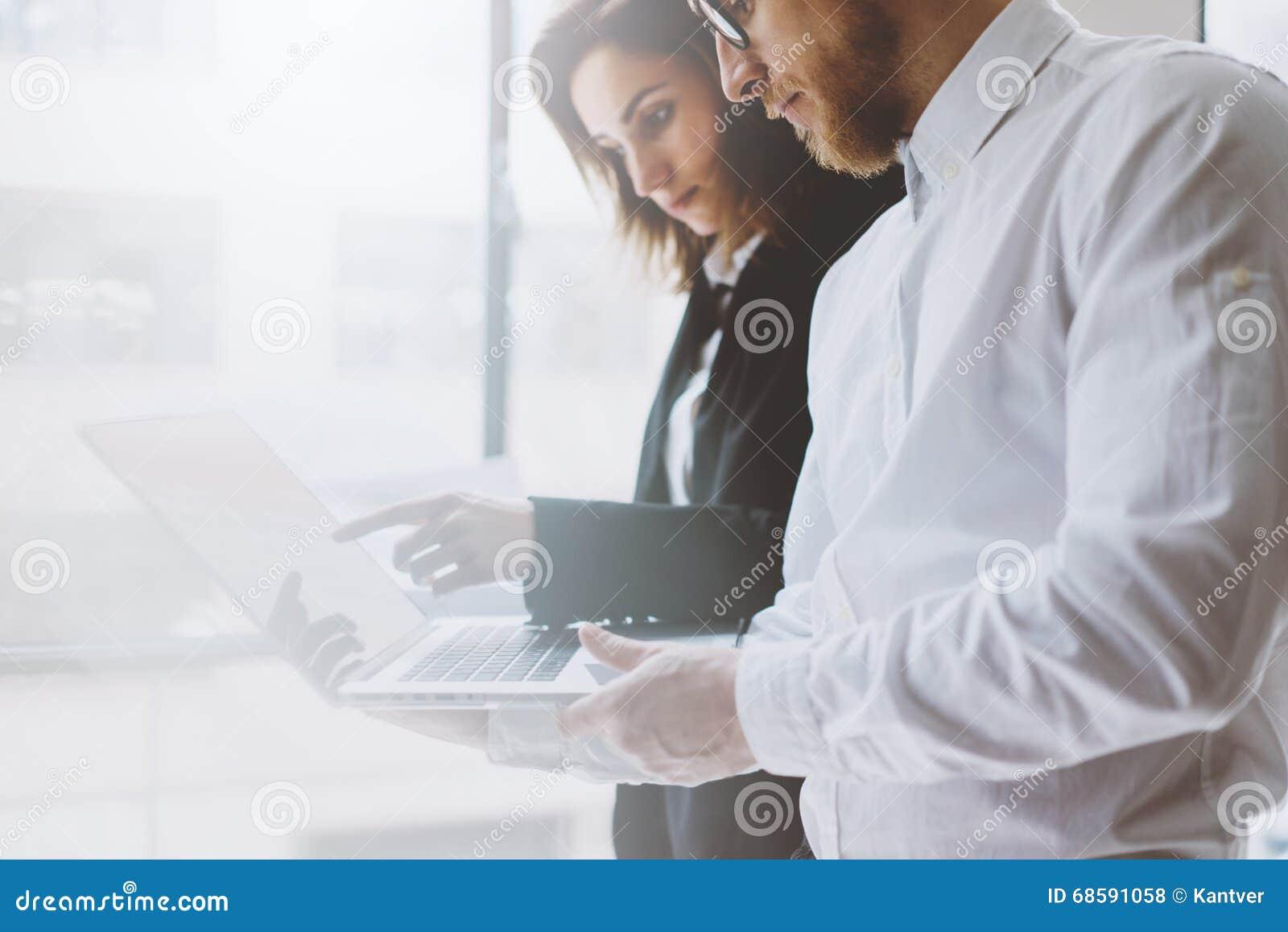 Lagarbetsprocess Ung professionellbesättning för foto som arbetar med nytt startup projekt Möte för projektchefer analytically