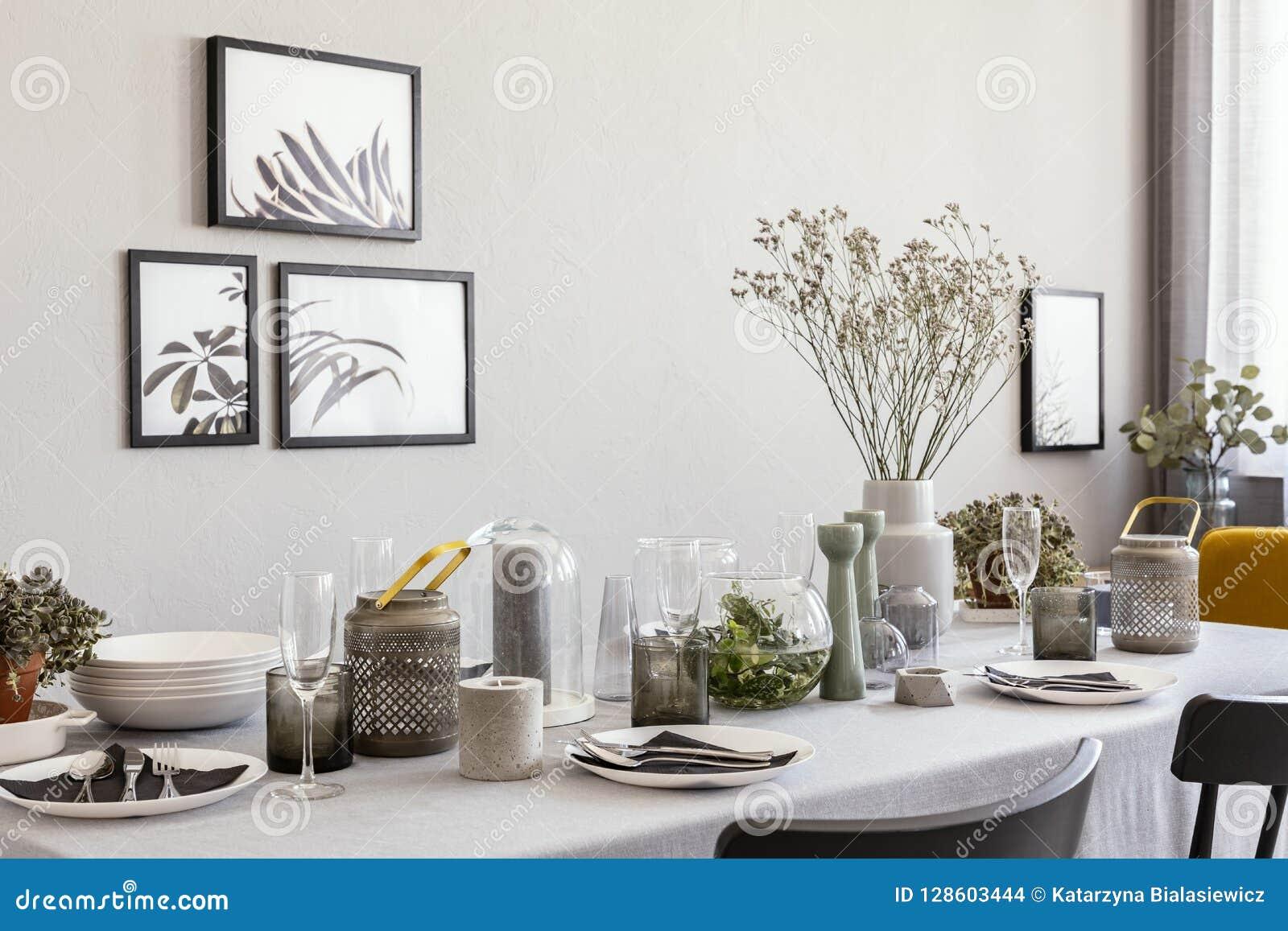 Lagd tabell med champagneexponeringsglas och blommor i en modern matsalinre
