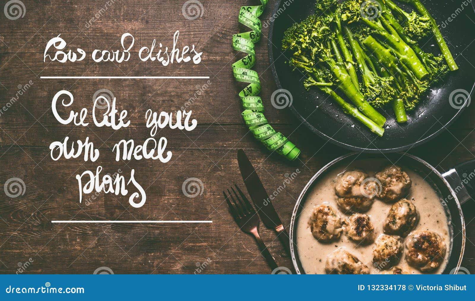 Lage carburatorschotels met vleesballen, broccoli, bestek en maatregelenband op houten achtergrond met tekst: creeer uw eigen maa