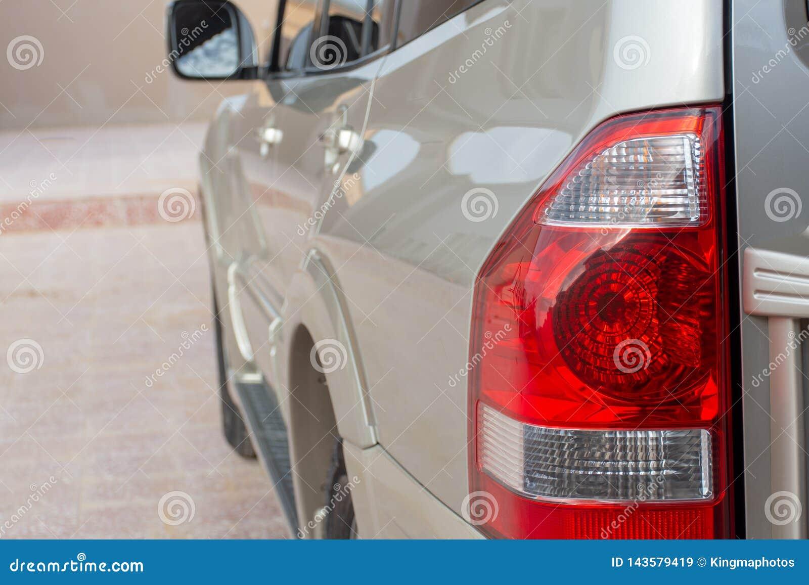 Lage die engel van beige Mitsubishi Pajero wordt geschoten