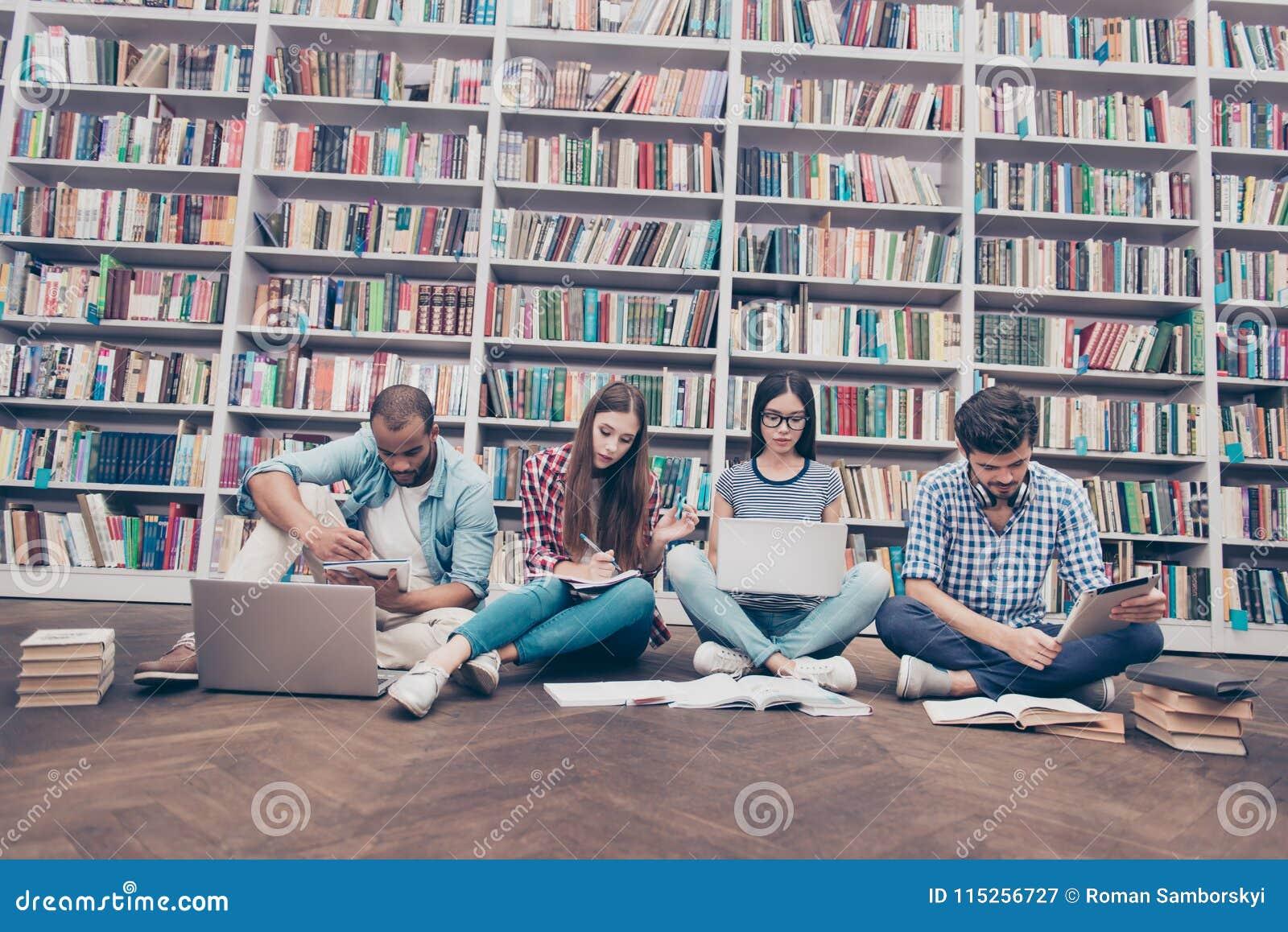 Lage die hoek van vier internationale slimme boekenwurmenstudenten i wordt geschoten