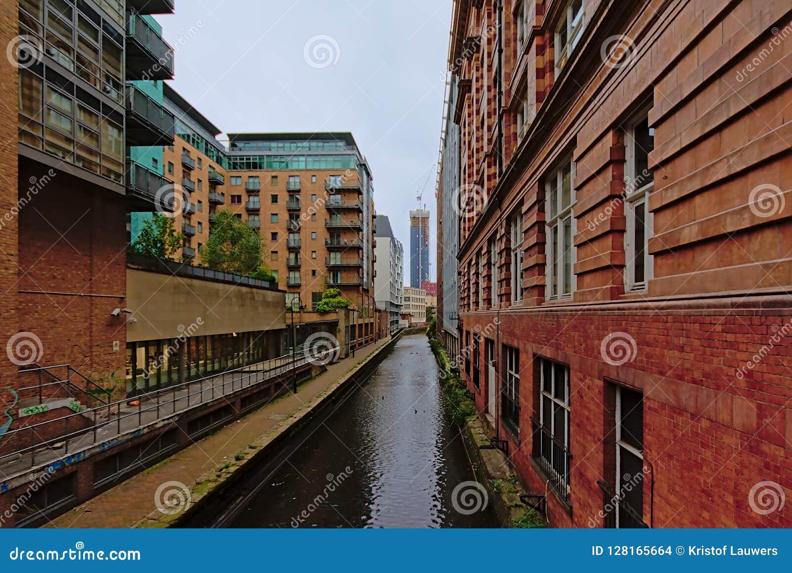 Lager och hyreshusar längs en kanal i Manchester