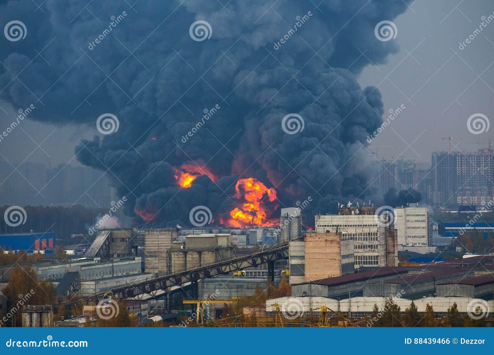 Lager som bygger stark brand i lagersvartrök och brand