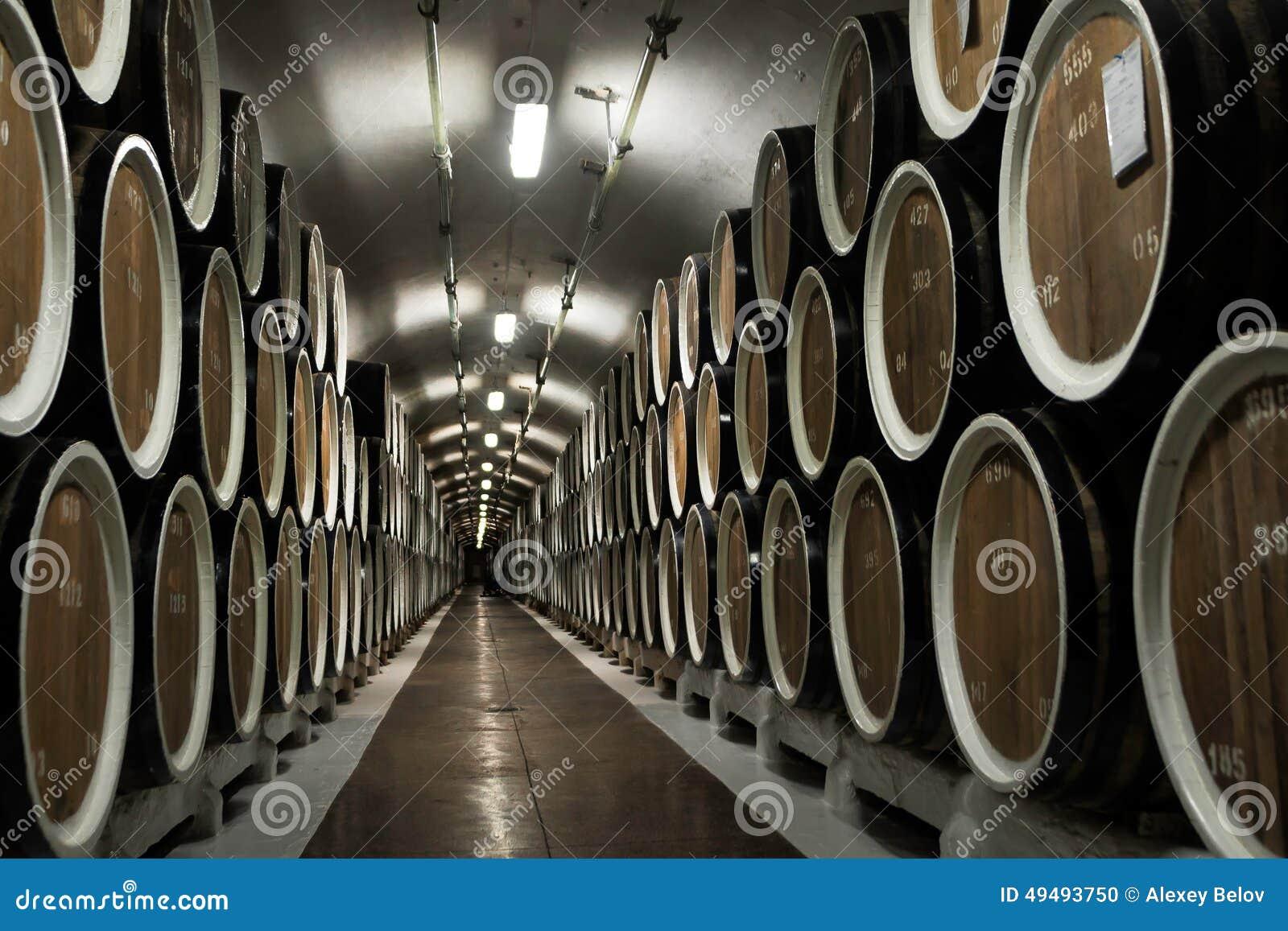 Fußboden Aus Alten Weinfässern ~ Lager von weinfässern an der weinkellerei stockfoto bild von